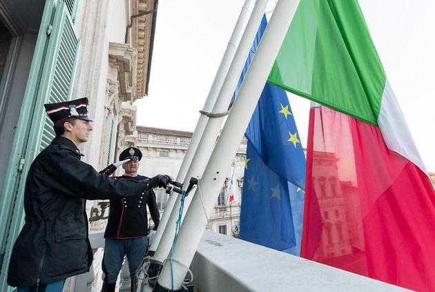 Quirinale a lutto: bandiere a mezz