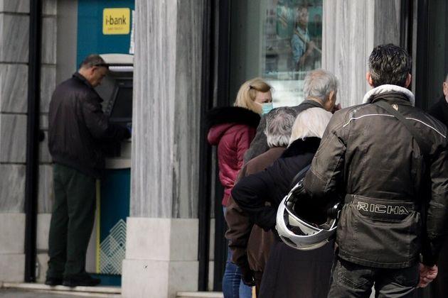 Συνωστισμός στις τράπεζες: Εντολές στην ομάδα ΔΙ.ΑΣ. για