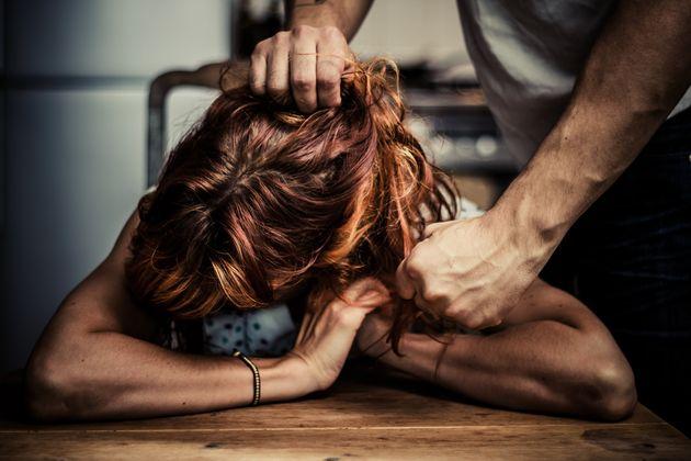 Ναι #ΜένουμεΣπίτι αλλά τι σημαίνει αυτό για τα θύματα ενδοοικογενειακής