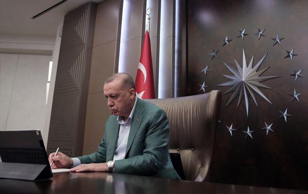 Στα χνάρια των Τραμπ και Τζόνσον ο Ερντογάν: Υποτιμά τον κορονοϊό και προκαλεί