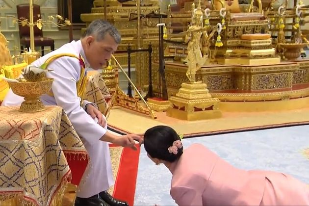 Il re della Thailandia si è auto-isolato in Baviera con 20