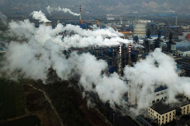 鉄鋼の成分であるカーボンブラックを生産する石炭処理プラントから煙と蒸気が発生します...