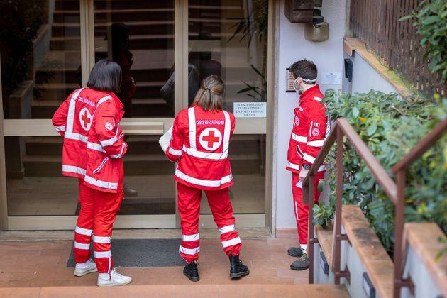 Volontari della Croce Rossa Italiana portano farmaci e cibo nelle