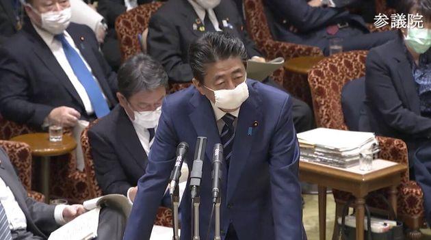 マスクを着用して答弁する安倍晋三首相