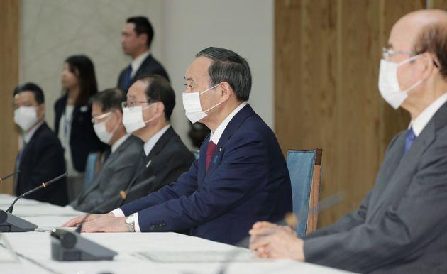 菅義偉官房長官(右手前から2人目)もマスク姿で会議に出席。