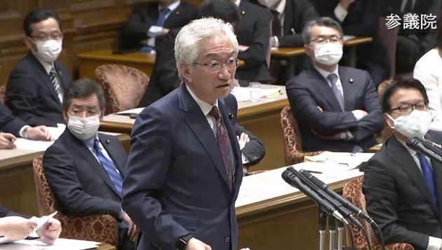 質問する自民党の西田昌司氏。背後にはマスク姿の議員が目立つ。