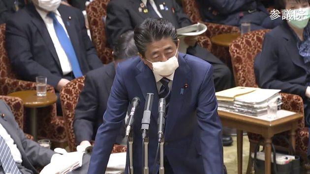 マスクを着用して答弁する安倍首相
