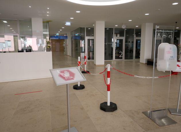 病院の入り口にはストップマーク、検温とアルコール消毒が行われる
