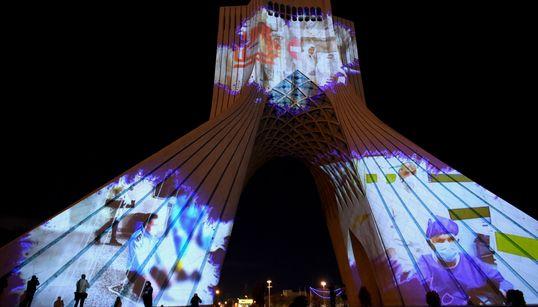 O Πύργος Αζαντί στο Ιράν τιμά γιατρούς και νοσηλευτές και στέλνει μήνυμα αλληλεγγύης σε όλο