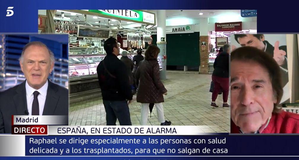 El inesperado comentario de Raphael que sorprendió a Piqueras en 'Informativos Telecinco': «Lo suelo hacer en pantalla»
