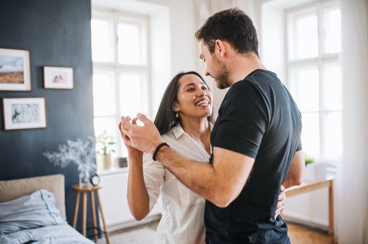 Ζευγάρι χορεύει στο σπίτι, ιδανικά τα πάρτι στην καραντίνα.