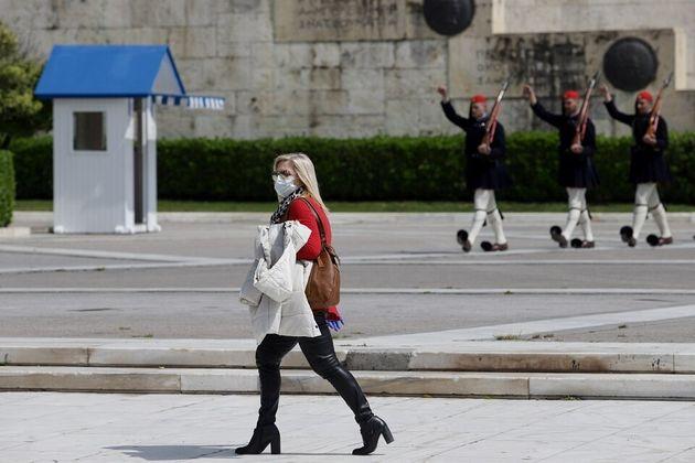 Δημοσκόπηση: Ενας στους δύο Ελληνες φοβάται ότι θα προσβληθεί από τον