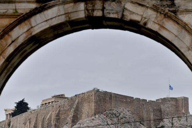 Μεσίστια κυματίζει η σημαία στην Ακρόπολη για τον Μανώλη