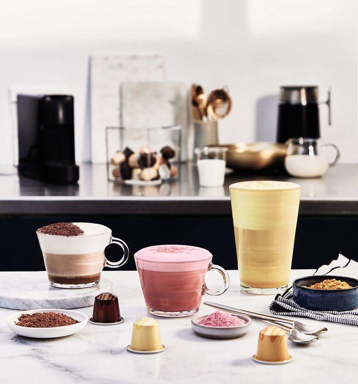 (왼쪽부터) 초콜릿향* 트러플 커피, 바닐라향* 에클레어 커피, 캐러멜향* 크렘 브륄레 커피<br />* 향이 첨가된 커피로, 이미지상의 재료가 포함되어 있지 않습니다.