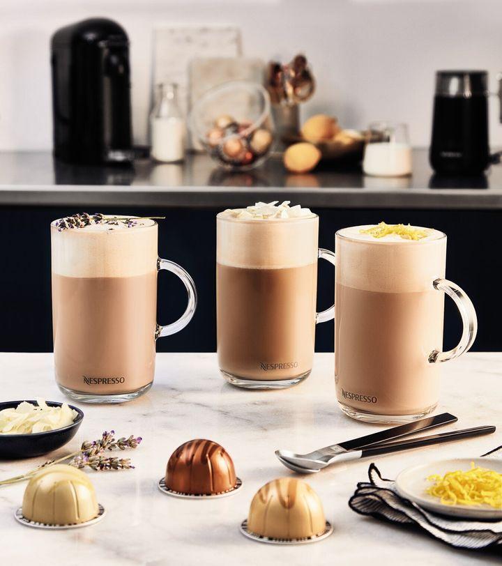 (왼쪽부터) 바닐라향* 커스터드 파이 커피, 헤이즐넛향* 머핀 커피, 캐러멜향* 쿠키 커피 <br />*향이 첨가된 커피로, 이미지상의 재료가 포함되어 있지 않습니다.