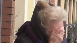 La emotiva felicitación de una comunidad de vecinos a Lola por su 89º cumpleaños en plena
