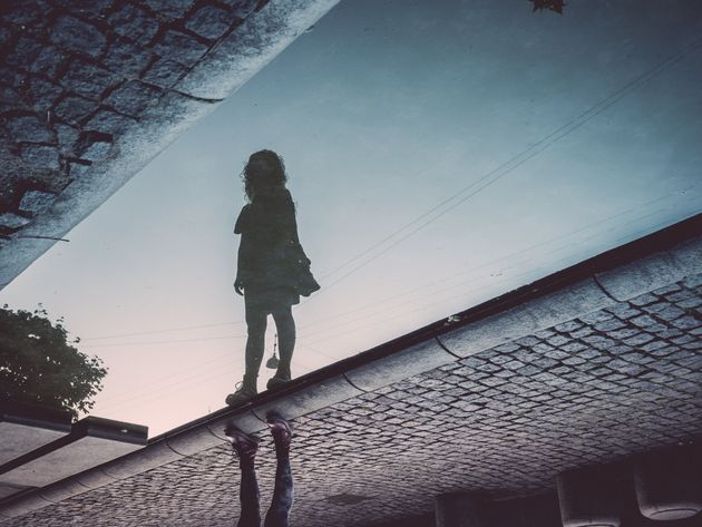 Insulti ai bambini in strada dai balconi. I genitori: