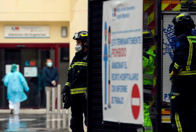 Des pompiers devant l'hôpital Gregorio Marañón à Madrid, mercredi 1er avril...