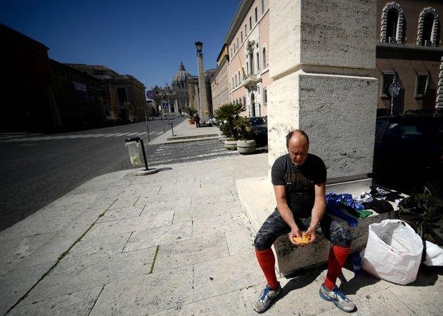 Après plus de trois semaines de confinement, certains Italiens remontent leurs difficultés...