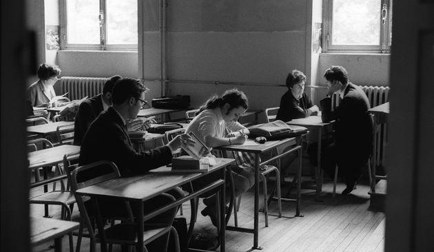 Ce 27 juin 1968, des élèves du lycée Montaigne, à Paris, préparent leur oral de baccalauréat pendant...