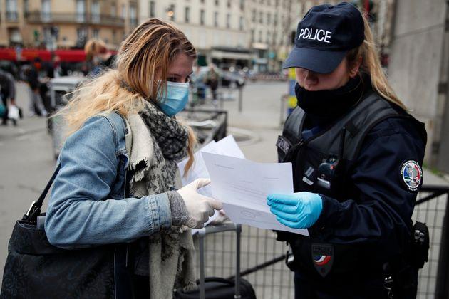 Une policière contrôlant une personne à Paris, le 21 mars