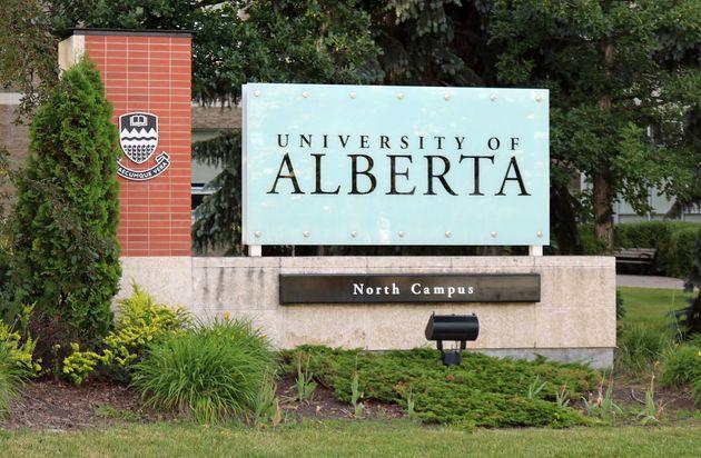 アルバータ大学の入り口にある看板がこの日付のない日付に表示されています