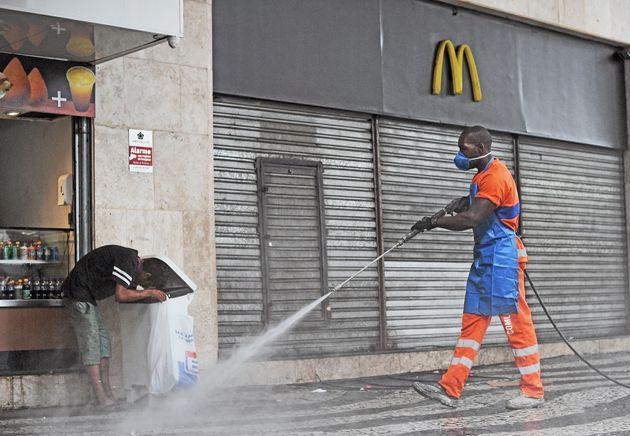 Comércio está fechado na maior parte do País como medida de prevenção...