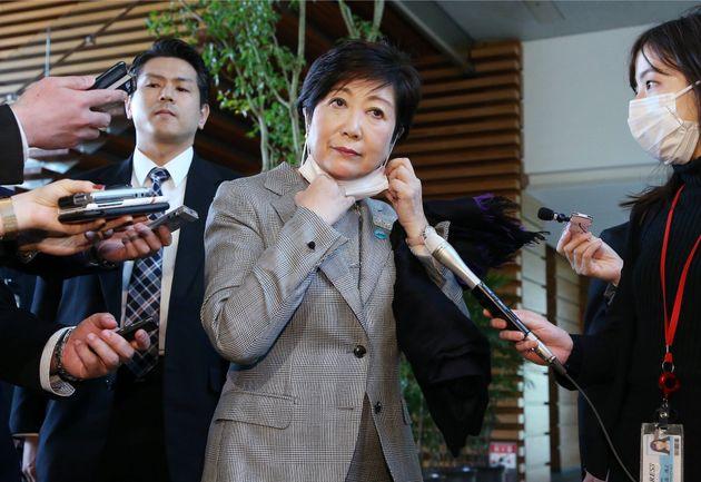 安倍晋三首相との面会後、記者団の質問にマスクを外して答える東京都の小池百合子知事