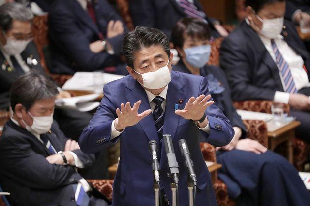 마스크를 착용한 아베 신조 일본