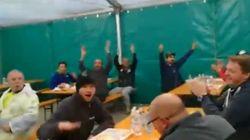 La felicità dei volontari che hanno costruito in tempi record un ospedale da campo a Bergamo