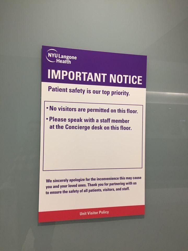 コロナウイルス感染者の病室に貼られた紙。「面会はできません」と書かれている