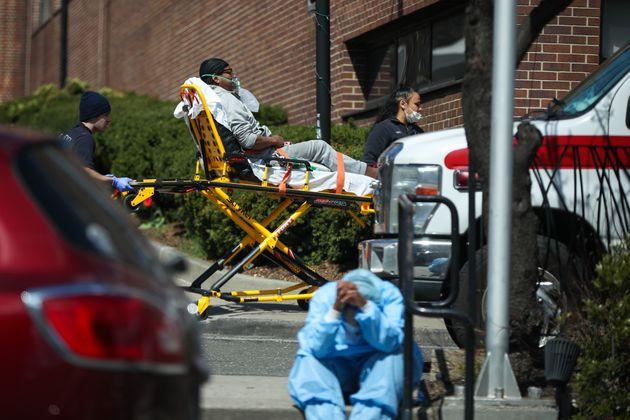 ニューヨーク市での死者は増え続けている=2020年4月1日、ニューヨーク市のブルックリンの病院