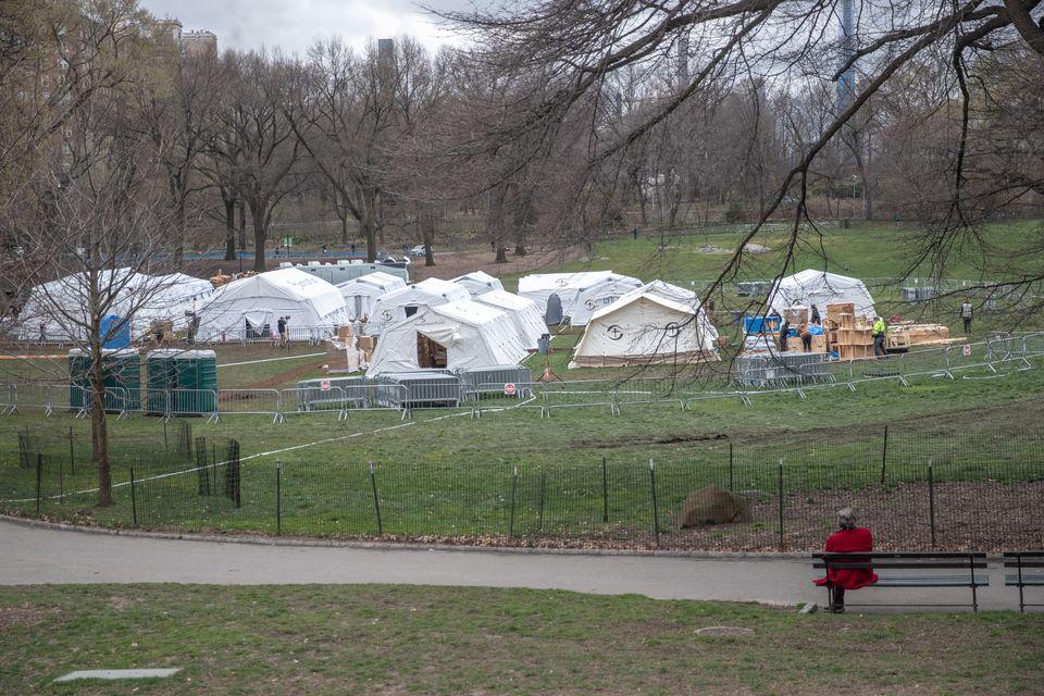 Tendas que abrigam 68 leitos foram montadas no Central Park para atender pacientes com