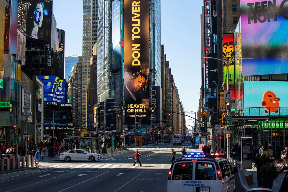 Uma Times Square praticamente vazia já podia ser vista no dia 14 de