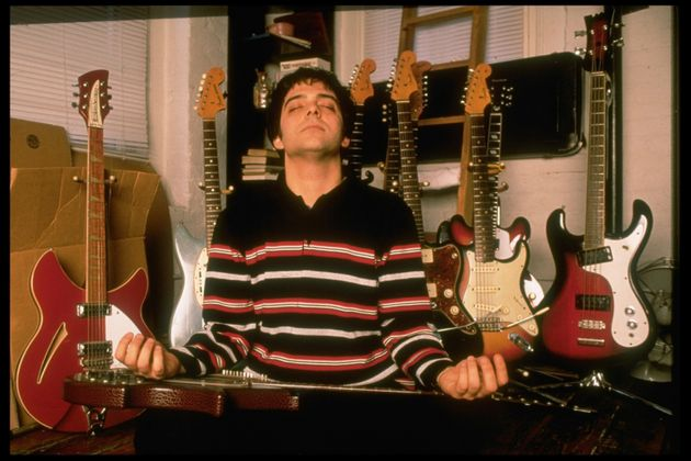 Adam Schlesinger nos primeiros anos de sua banda, o Fountains of Wayne, onde tocava baixo e era o principal...