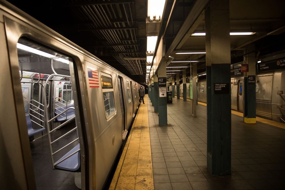 Estação e metrô vazios no último dia