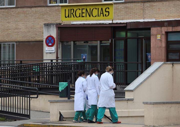 Personal sanitario en la puerta del hospital clínico de Salamanca