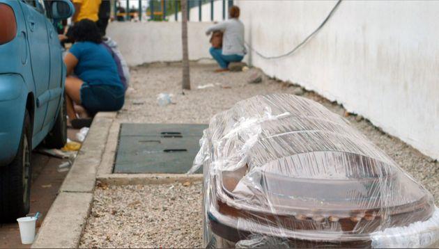 Caixão envolto em plástico foi deixado na calçada de um hospital em