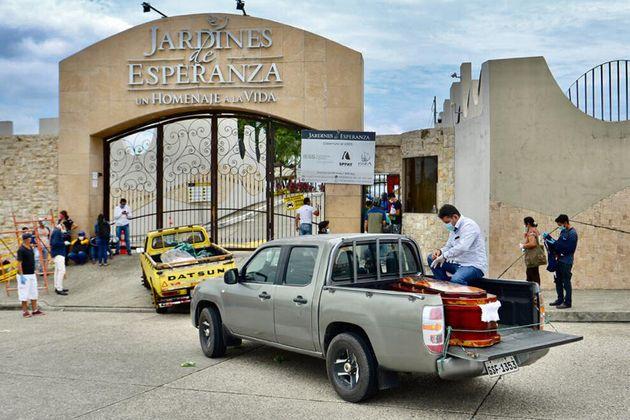 Carros fazem fila para entrar no cemitério em Guayaquil, no