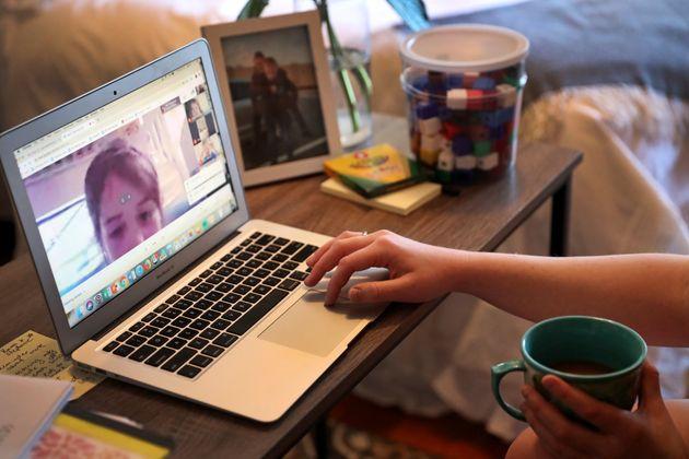 オンライン授業でもパソコンや通信環境は必須だ=3月27日、アメリカマサチューセッツ州