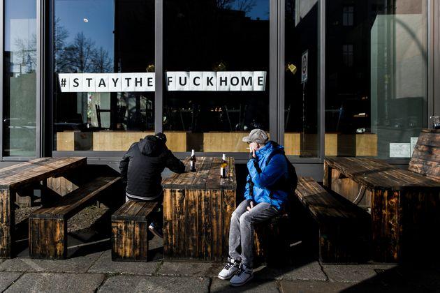 독일 베를린의 한 문 닫은 식당 앞에서 맥주를 마시는 사람들. 2020년