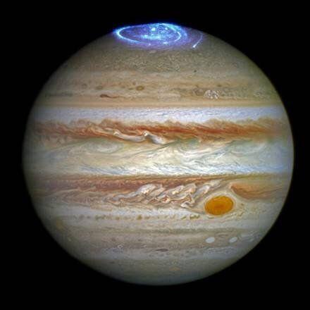 L'immagine dell'aurora polare di Giove ottenuta combinando le immagini nell'ottico e nell'ultravioletto...