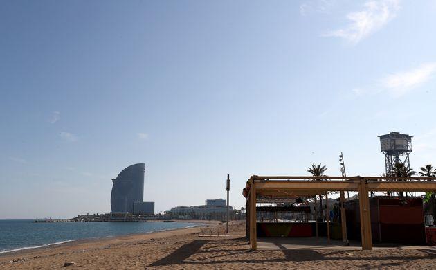 La playa de la Barceloneta, en Barcelona, completamente vacía por la