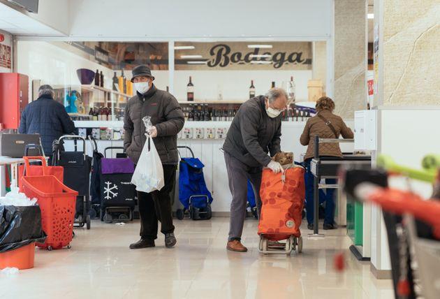 Clientes en un supermercado Altoaragon en Huesca durante la