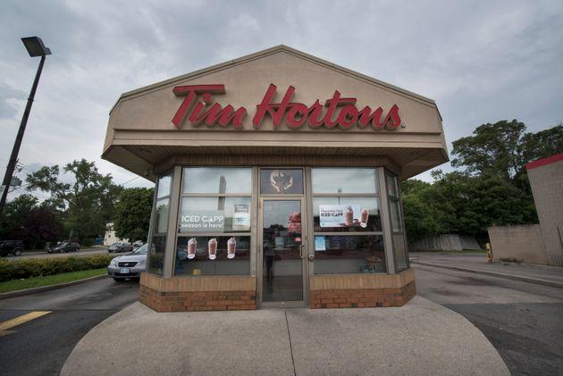 Tim Hortonsの場所は、2018年8月にオンタリオ州ハミルトンで撮影されています。コーヒーチェーンはその洗面所を言う...