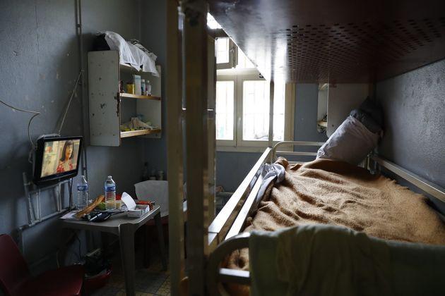 Télévision allumée dans une cellule de la prison de Fresnes, ici en