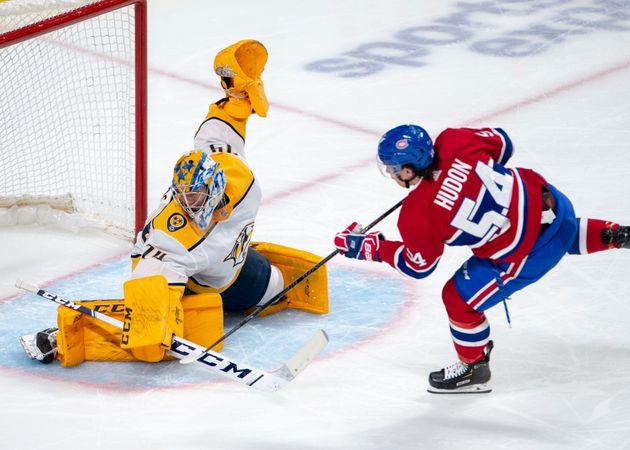 Le gardien de but des Nashville Predators, Juuse Saros réalise un arrêt sur l'ailier gauche des Canadiens,...