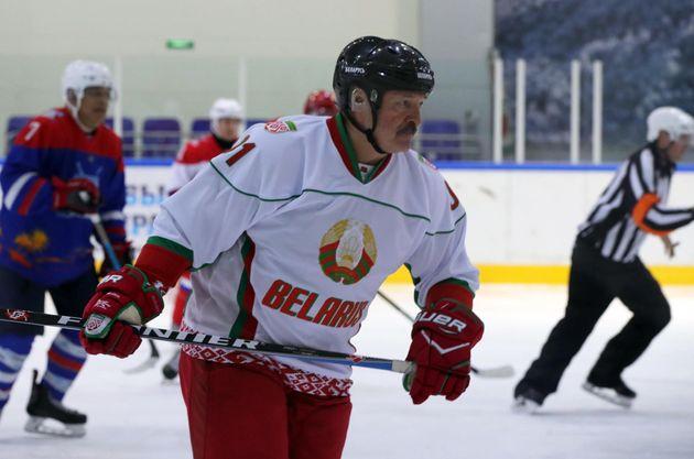 Lukashenko si mostra mentre gioca a