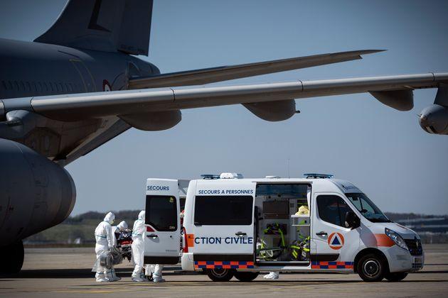 Un patient infecté du Covid-19 arrivant à l'aéroport de Blagnac près de Toulouse,...