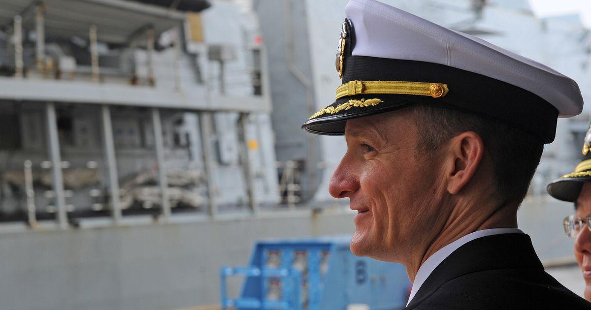 Viré pour avoir alerté contre la situation sanitaire, le commandant du USS Roosevelt acclamé par son équipage